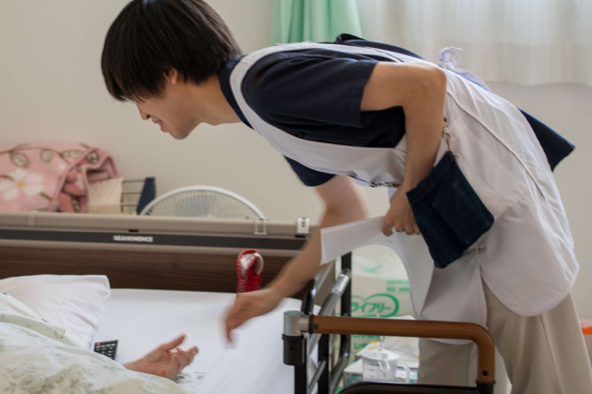 鈴木内科医院で働こうと思ったきっかけは? - 北海道情報大学にいて就職活動中に介護職を見たとき、利用者さまから直接「ありがとう」と言われる仕事だと知り、非常にやりがいがあると思いました。個人的には、毎日人と顔を合わせて、コミュニケーションが取れる仕事を探していたんです。また。事務長のサッカーやフットサルが好きなこともポイントでしたね。 -  -