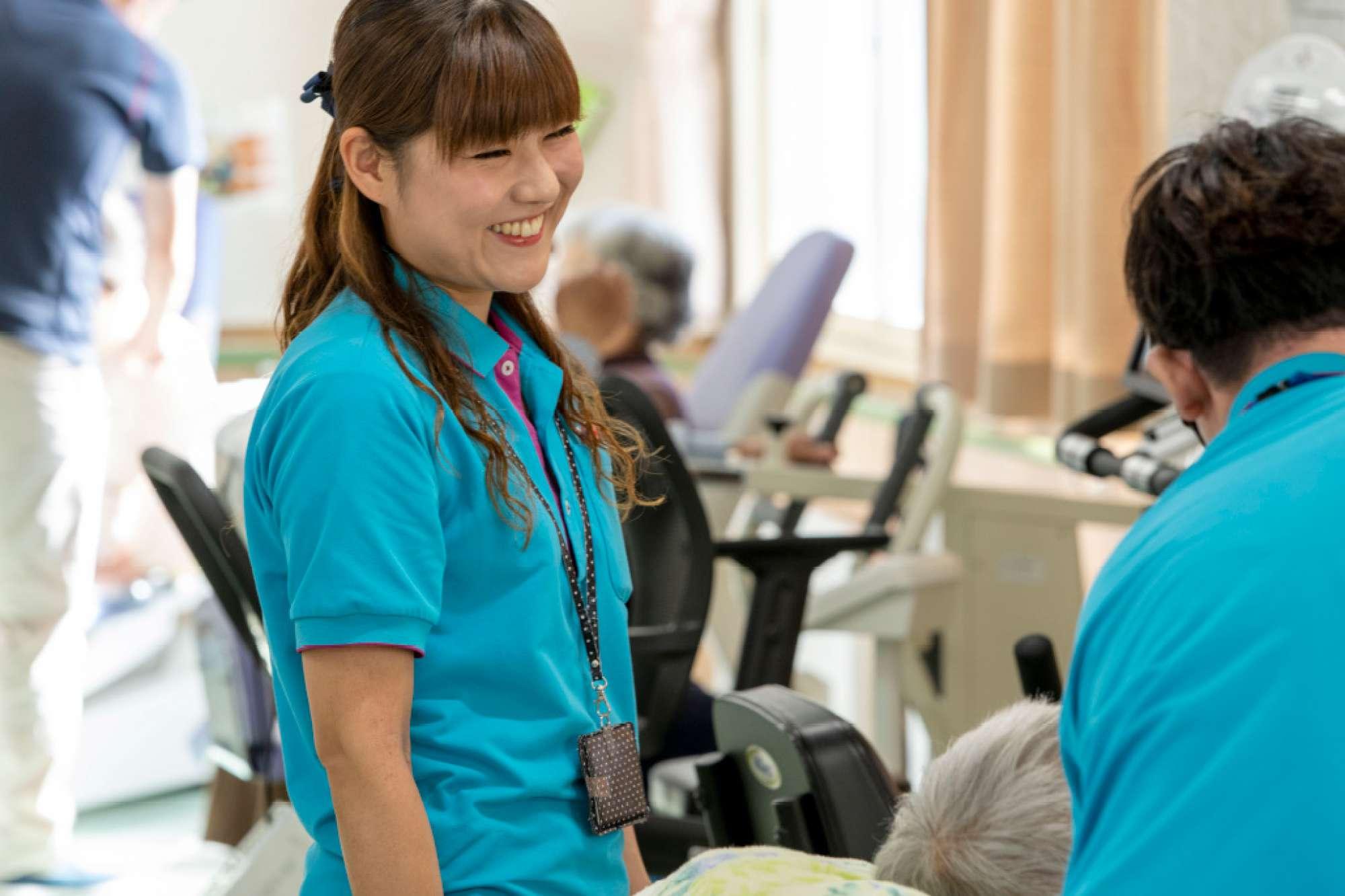 鈴木内科医院で働こうと思ったきっかけは? - 前から介護の仕事をやりたいと思い、専門学校に行ったんです。そして卒業し、実習したのですが、最初は利用者様の人数が多いところでした。でもそのうち「自分にここが合うのかどうか」という気持ちが生まれ、いろいろ悩んだ結果、「10人前後のところの方が自分は働きやすい」と考えて決意。鈴木内科医院の事務長に相談したところ、快くそうした場所に配置していただきましたので、すごく働きやすいです。 -  -