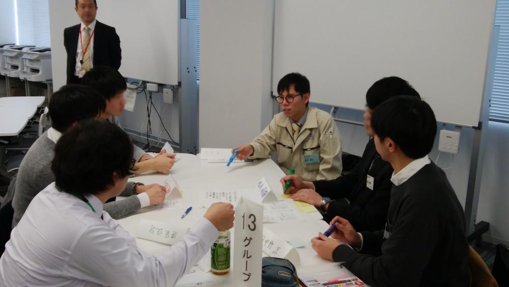 - 2018年2月5日(月)北海道科学大学と北海道中小企業家同友会が連携しての取り組みとして、大学生と若手社員が「働くとは?」「何のために就職するの?」について話し合う場が設けられ、弊社の小川社員、荒木社員が参加させていただきました。学生達の率直な思いに対し、センパイとして大いに語る姿に彼らの成長を感じました!本人たちも、改めて自分の考えを整理できたのではないでしょうか。弊社では地域への貢献も踏まえ、学生向けにこんな活動もおこなっています。 -  -