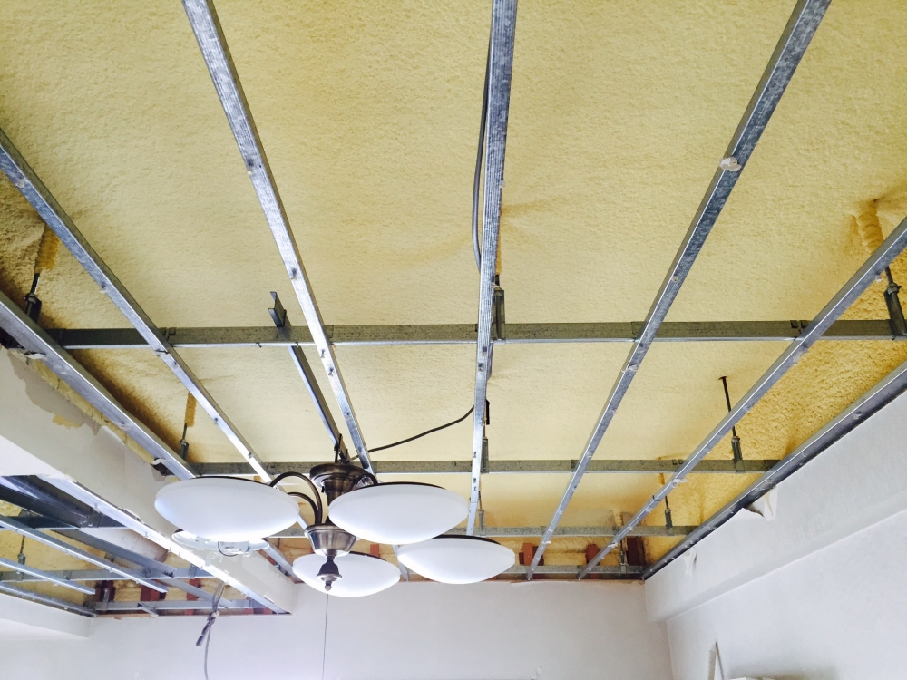 解体 - 天井のボードを解体最上階のため、外気に面する躯体部分には発泡ウレタンが吹き付けてあります。 -  -