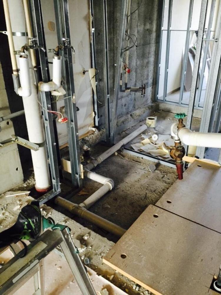 - 途中、大規模修繕の見積のために、設備業者様が現状確認に来るので、しばらく給排水管は放置です。 -  -