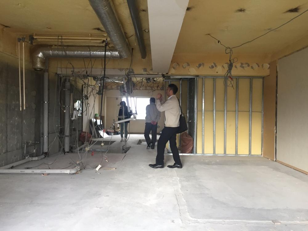 - 配管を残した状態で、理事会選定の修繕予定業者に現場視察していただきました。マンション全体の給排水管等の修繕に役立たせる目的です。 -  -