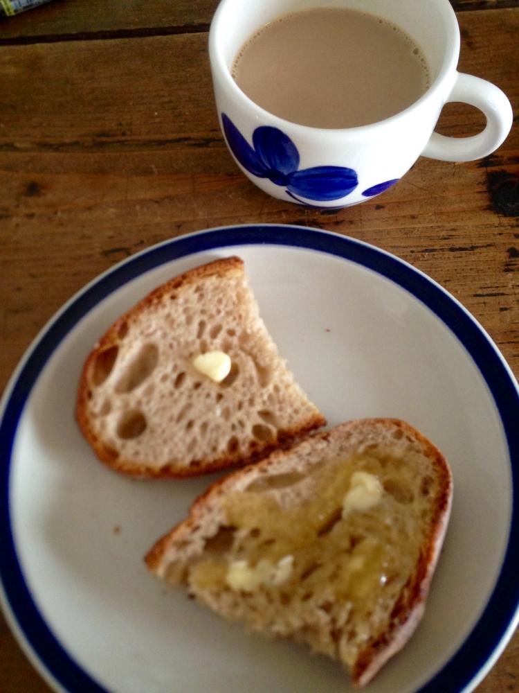 """- パンの皮、香り、甘み、酸味、酵母の味などボク基準の厳しい審査なのです。だけど一番判断基準は""""その時の気持ち""""だと思っています。今朝のパンの味は合格◎何故なら、今日はお休みだからなのでした。"""