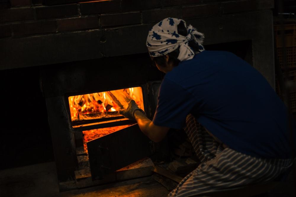 - 最後に夕方何気に薪割りをしていて思ったことがありました。14世紀あたりが起源とされているシュトレン。当時の作り方はイースト菌もない、ガスオーブンない時代と言うことは、自家製酵母で仕込み、薪窯か石炭窯で焼いてたんじゃないの?と勝手に昔のドイツのパン職人とリンクしてしまいました、自分です。もっといいシュトレン焼きます。