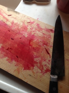 台所では、まな板がピンクに!