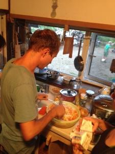 オランダの料理を作ってます。スタンポットを父オスカーが料理。