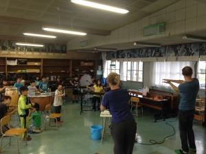 スクリーンの映像に合わせて色々な音を。  「Make Factory」ワークショップ in 松恵小学校 2年生