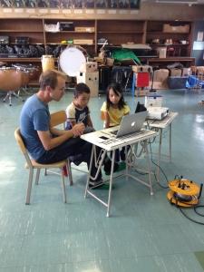最後にナレーションを入れます。緊張の面持ち。  「Make Factory」ワークショップ in 松恵小学校 2年生
