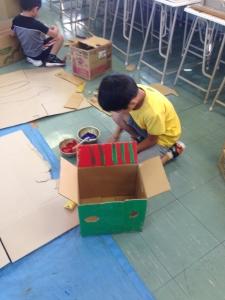箱に色を塗ってと。  「Make Factory」ワークショップ in 松恵小学校 1年生