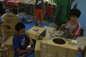 こちらは2年生。手に絵の具をつけてと…  「Make Factory」ワークショップ in 松恵小学校 2年生