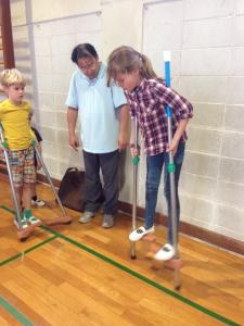体育の授業。竹馬。オランダ式の乗り方