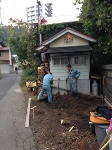 小さな小屋ですが足元からしっかり。基礎工事。