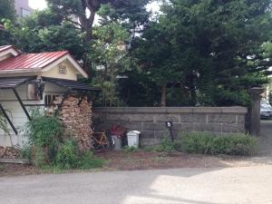 カフェのすぐ横の小さな敷地に建てます。