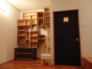 造り付け収納の引き出しやリンゴ箱を利用して本棚に。  写真 Mayuko Miki