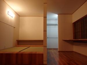 小上がり兼畳ベット。和室に使われていた畳を表替えして。  写真 Mayuko Miki