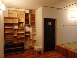 部屋の入り口は、内側に黒板塗料を塗りました  写真 Mayuko Miki