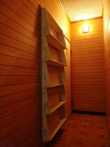 廊下から。和室の入り口を外して新巻鮭の箱で靴の収納を。  写真 Mayuko Miki