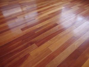 床はアンティークのフローリング。アサダ材です。