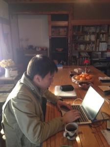 Yamada Art Films の山田さん。とものいえで編集中。協力ありがとう。