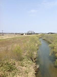 裏には漁川が流れています。
