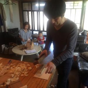 カンナで白樺の材料を削って調整します。