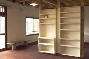 中央の棚は、既存の作り付け収納の引き出しを再利用しました。  Photo by Mihoko Tsujita