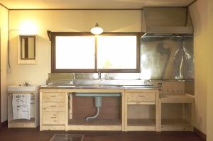 洗面とキッチン。陶器のシンクやステンレスの天板はそのままに、引き出しや脚を現場で製作。  Photo by Mihoko Tsujita