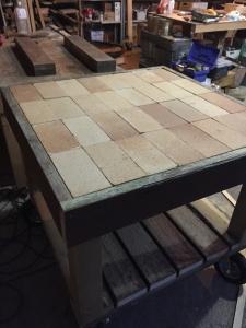 さあ戻って窯の台を製作。耐熱レンガを敷き詰めます。