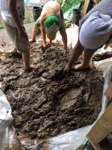 さあ泥だんご作りますよー。さあ踏んで!