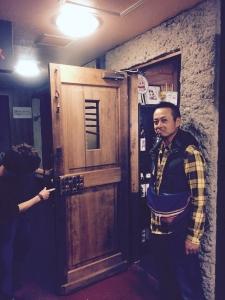 扉を開けると日本酒キャップのドアノブ。