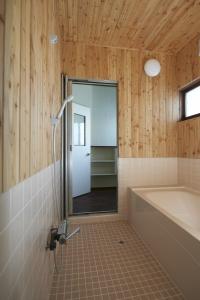 一坪に広げた、バスルーム。勝手口側の入り口から。  photo by MIhoko Tsujita