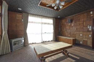 居間 床の修理と張り替えを。友人がカスタムしたテーブルや、ベンチも。  photo by MIhoko Tsujita