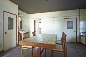 キッチン、ダイニング。こちらは壁、床、天井を修理し、塗装。ダイニングテーブル、椅子も友人作。  photo by MIhoko Tsujita