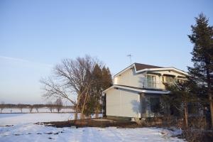 風の強い冬から家を守るように、大きな木々に囲まれています。  photo by MIhoko Tsujita