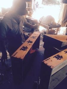 おそらくシャケ箱を解体するギター職人は世界初。