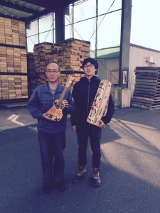 工場長の岡部さんと鹿川氏。