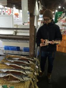 早速店内を流すギター職人。