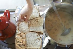 ランチです。本日のまかないは、クラムチャウダーと焼きたてパン。  photo Mihoko Tsujita