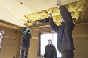 天井の解体から。まずは石膏ボードを剥がして、、、  photo Mihoko Tsujita