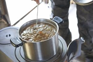ランチ!ストーブで豚汁を。  photo Mihoko Tsujita