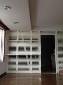 こちらは事務室と居間を隔てる壁をルーバーに。