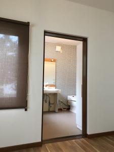 こちらはトイレ。クロスを貼り替え、照明をシンプルなものに。