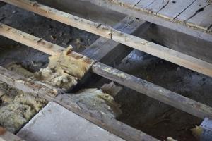 床下の様子。断熱材がボロボロ。大引(おおびき)も浮いているところがあります。  photo Mihoko Tsujita