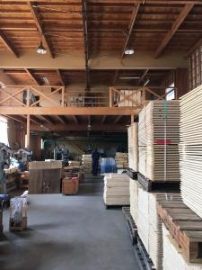 整然とした工場。様々な箱の材料が並びます。