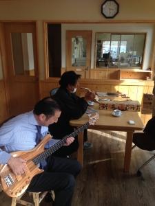 さあ次は根室。田家木材さんに到着。ベーシストでもある社長さん。