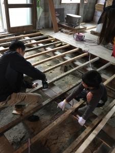 剥がした床板を再利用してスタイロフォームの受け材に。ゴミを減らす工夫です。