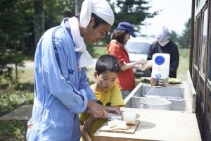 野菜の切り方に小二のチェック入ります。  photo Mihoko Tsujita