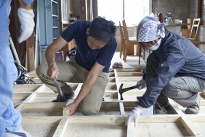 午後からの作業開始。格子状に下地をとめていきます。  photo Mihoko Tsujita