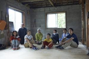 記念撮影。お疲れさま!次回は壁を作ります。  photo Mihoko Tsujitaみ
