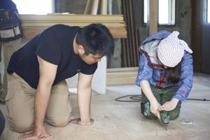 床のビス打ちで練習中。  photo Mihoko Tsujita